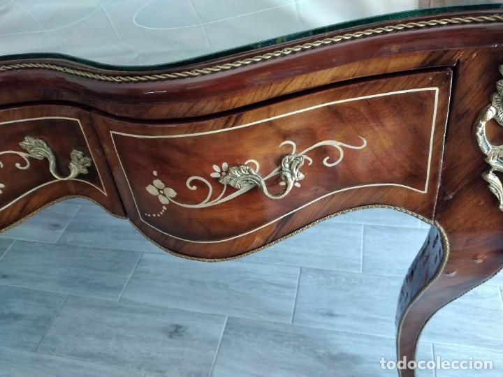 Antigüedades: Exquisita mesa de despacho Luis xv con marquetería, bronce base de cristal y pintada a mano. - Foto 9 - 261960205