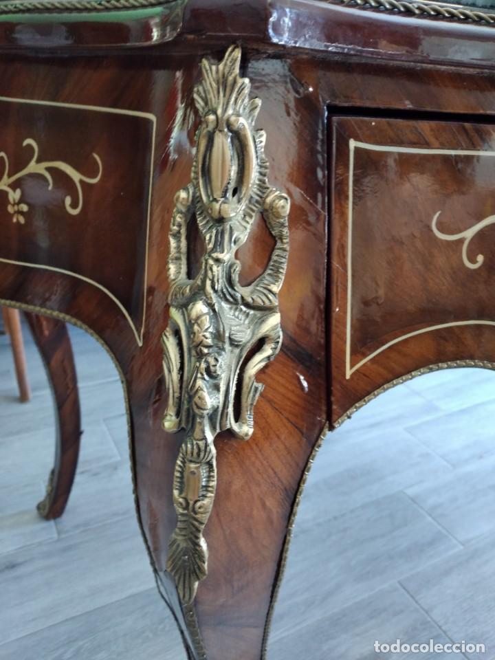 Antigüedades: Exquisita mesa de despacho Luis xv con marquetería, bronce base de cristal y pintada a mano. - Foto 13 - 261960205