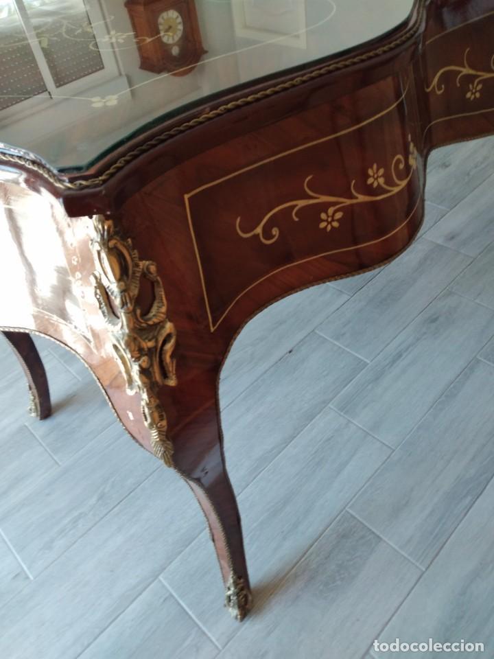 Antigüedades: Exquisita mesa de despacho Luis xv con marquetería, bronce base de cristal y pintada a mano. - Foto 16 - 261960205
