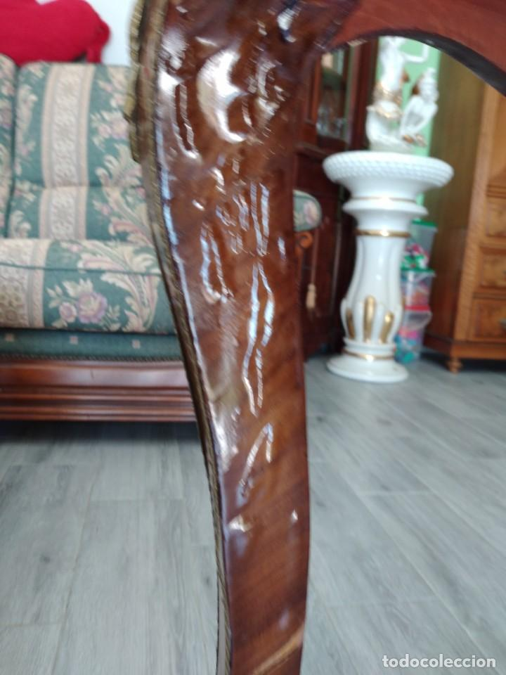 Antigüedades: Exquisita mesa de despacho Luis xv con marquetería, bronce base de cristal y pintada a mano. - Foto 21 - 261960205