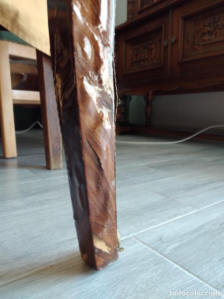 Antigüedades: Exquisita mesa de despacho Luis xv con marquetería, bronce base de cristal y pintada a mano. - Foto 22 - 261960205