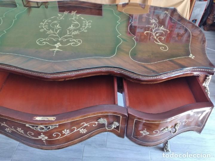 Antigüedades: Exquisita mesa de despacho Luis xv con marquetería, bronce base de cristal y pintada a mano. - Foto 29 - 261960205