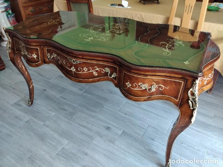 Antigüedades: Exquisita mesa de despacho Luis xv con marquetería, bronce base de cristal y pintada a mano. - Foto 31 - 261960205