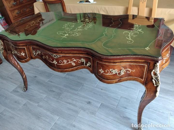 Antigüedades: Exquisita mesa de despacho Luis xv con marquetería, bronce base de cristal y pintada a mano. - Foto 32 - 261960205