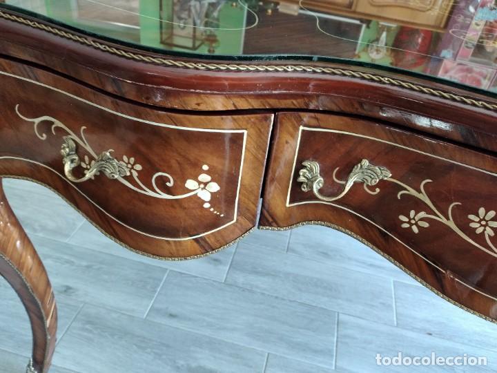 Antigüedades: Exquisita mesa de despacho Luis xv con marquetería, bronce base de cristal y pintada a mano. - Foto 35 - 261960205