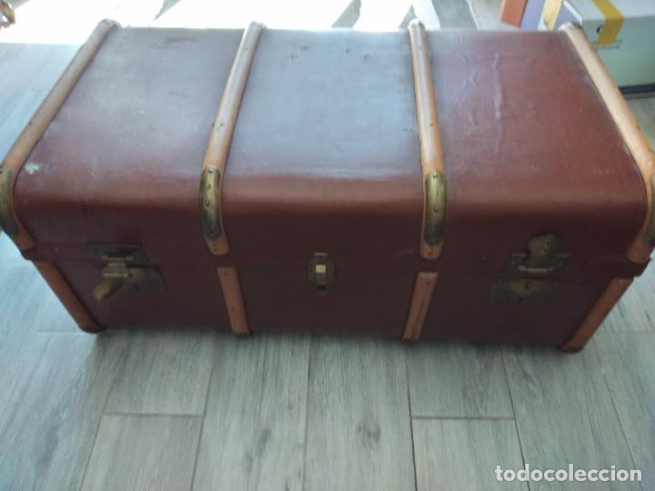 Antigüedades: Antiguo baúl de viaje. madera forrado. - Foto 2 - 261960410