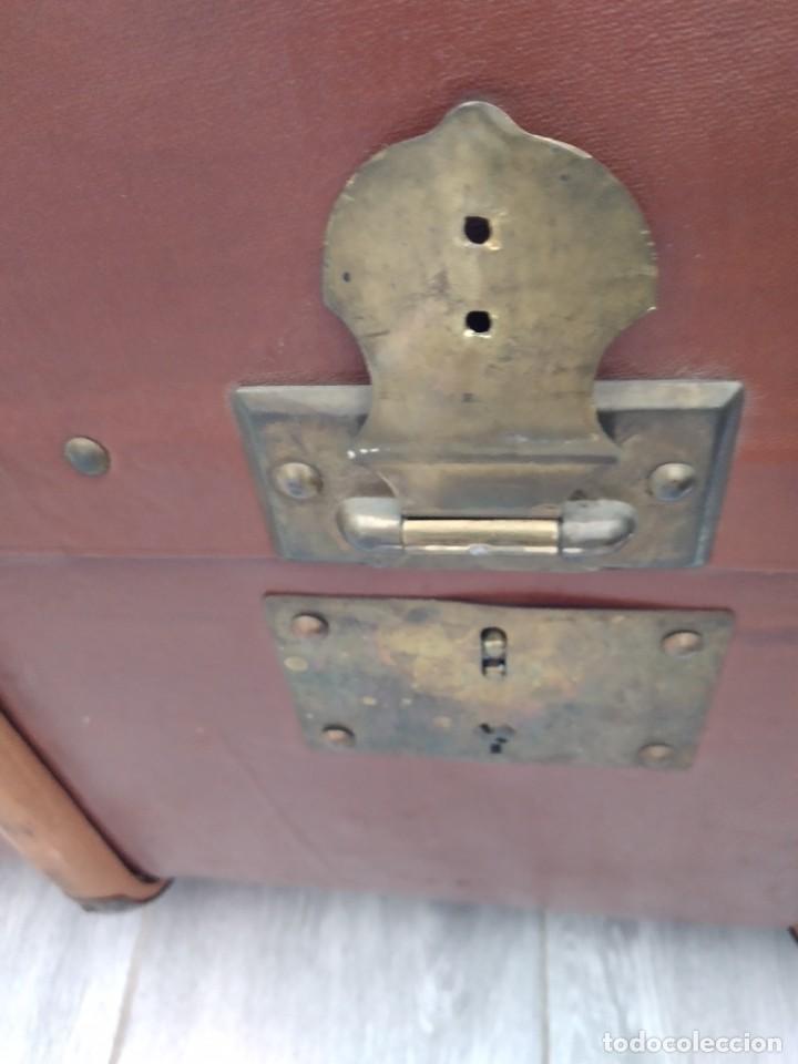 Antigüedades: Antiguo baúl de viaje. madera forrado. - Foto 9 - 261960410