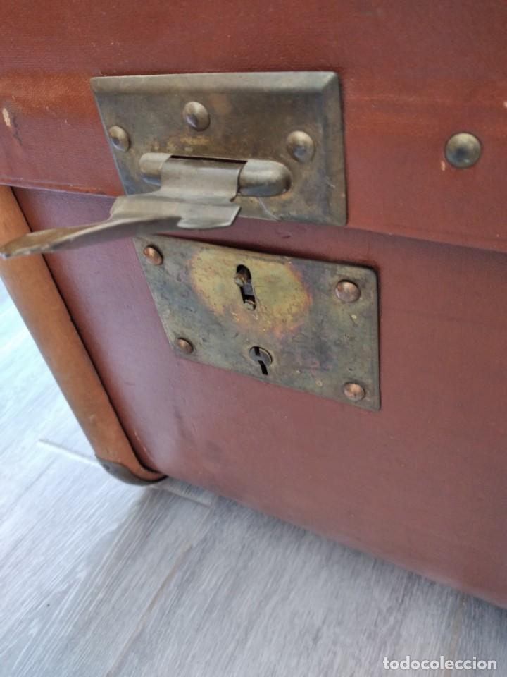 Antigüedades: Antiguo baúl de viaje. madera forrado. - Foto 10 - 261960410