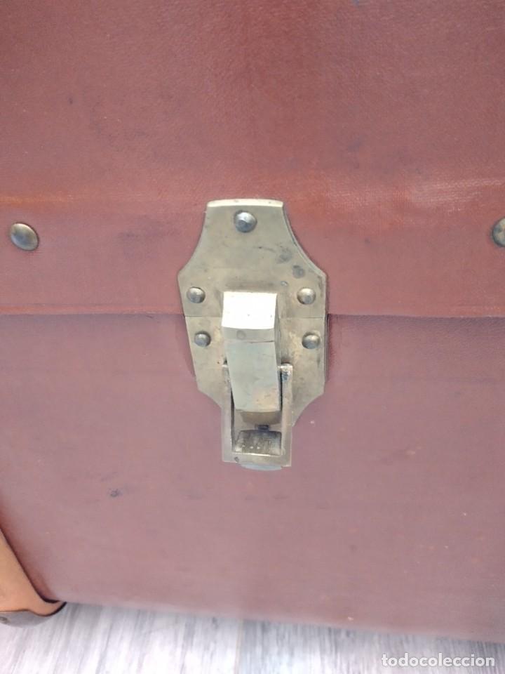 Antigüedades: Antiguo baúl de viaje. madera forrado. - Foto 11 - 261960410
