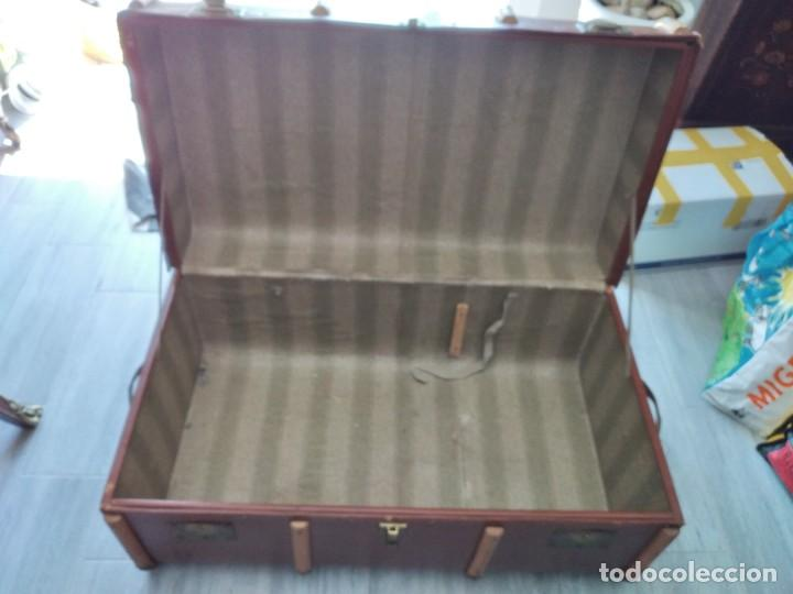 Antigüedades: Antiguo baúl de viaje. madera forrado. - Foto 12 - 261960410