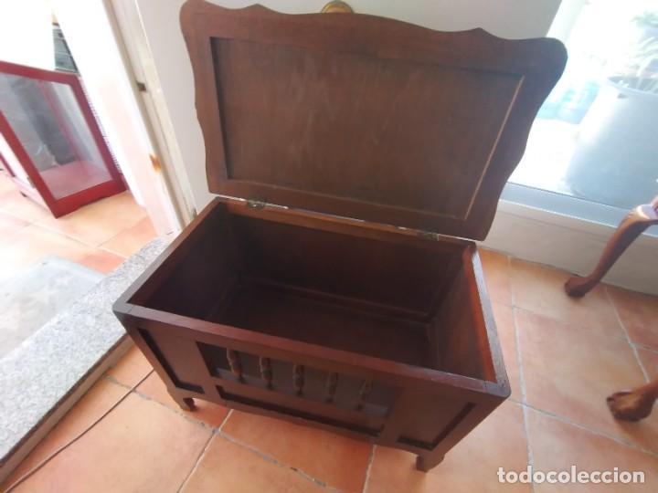 Antigüedades: Bonito mueble baúl de madera noble con decoración abierta en el frontal. - Foto 5 - 261961170