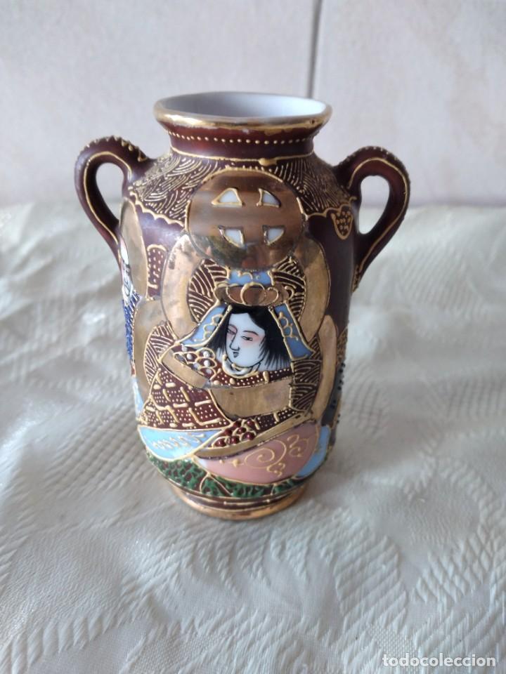 PRECIOSO JARRÓN CON ASAS DE PORCELANA SATSUMA SELLADO, PINTADO A MANO. (Antigüedades - Porcelanas y Cerámicas - China)