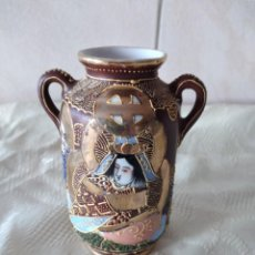 Antigüedades: PRECIOSO JARRÓN CON ASAS DE PORCELANA SATSUMA SELLADO, PINTADO A MANO.. Lote 261977565