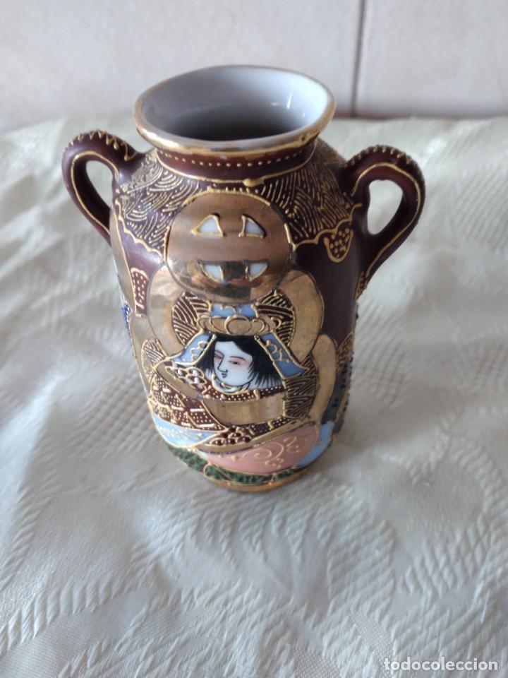 Antigüedades: Precioso jarrón con asas de porcelana satsuma sellado, pintado a mano. - Foto 2 - 261977565