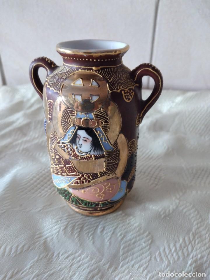 Antigüedades: Precioso jarrón con asas de porcelana satsuma sellado, pintado a mano. - Foto 3 - 261977565