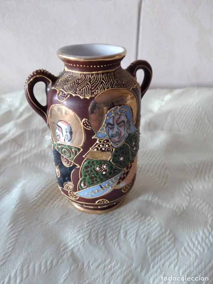 Antigüedades: Precioso jarrón con asas de porcelana satsuma sellado, pintado a mano. - Foto 4 - 261977565