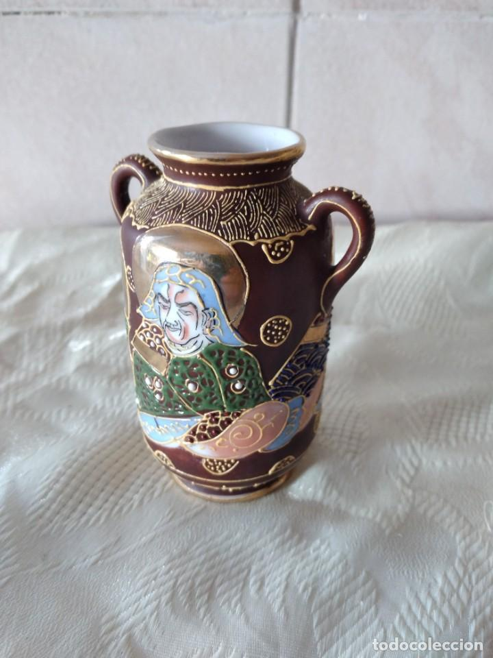 Antigüedades: Precioso jarrón con asas de porcelana satsuma sellado, pintado a mano. - Foto 5 - 261977565