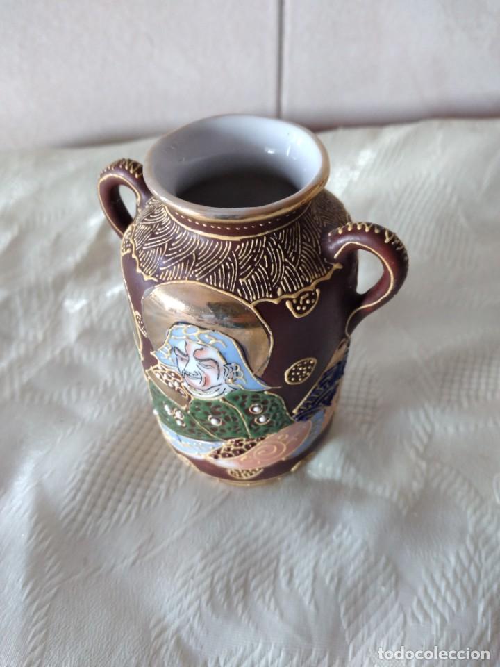 Antigüedades: Precioso jarrón con asas de porcelana satsuma sellado, pintado a mano. - Foto 6 - 261977565