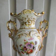 Antigüedades: PRECIOSO JARRÓN DE PORCELANA ANTIGUO.. Lote 262018390