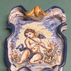 Antigüedades: BENDITERA CERÁMICA VIDRIADA CON QUERUBÍN MANISES O TALAVERA. Lote 262048485