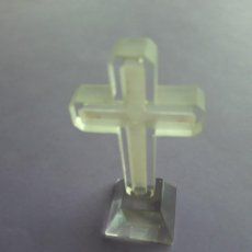 Antigüedades: CRUZ CRISTAL TALLADO AHUMADO PARA MESITA. Lote 262053855