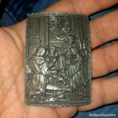 Antiquités: PLACA METAL CON IMAGEN RELIGIOSA TIPO VIA CRUCIS O PORTAL DE BELEN - ADORACION A LOS PASTORES. Lote 262087900