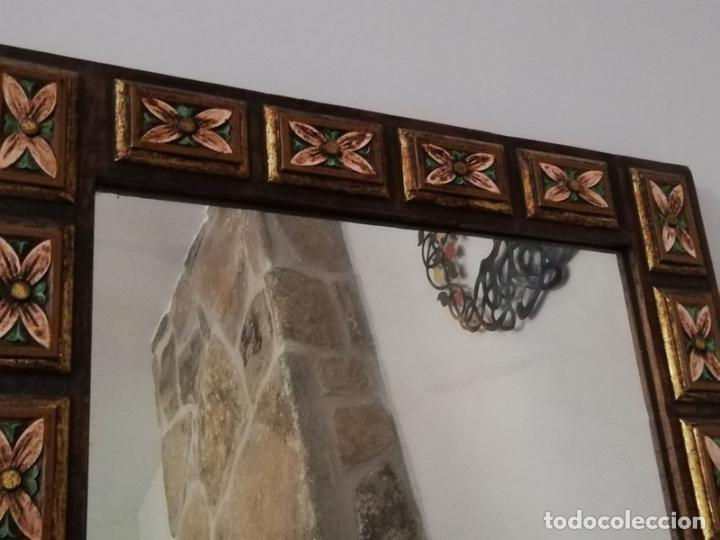 Antigüedades: Espejo antiguo en madera, con relieve floral pintado. - Foto 3 - 262108705