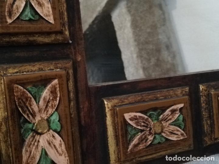 Antigüedades: Espejo antiguo en madera, con relieve floral pintado. - Foto 4 - 262108705