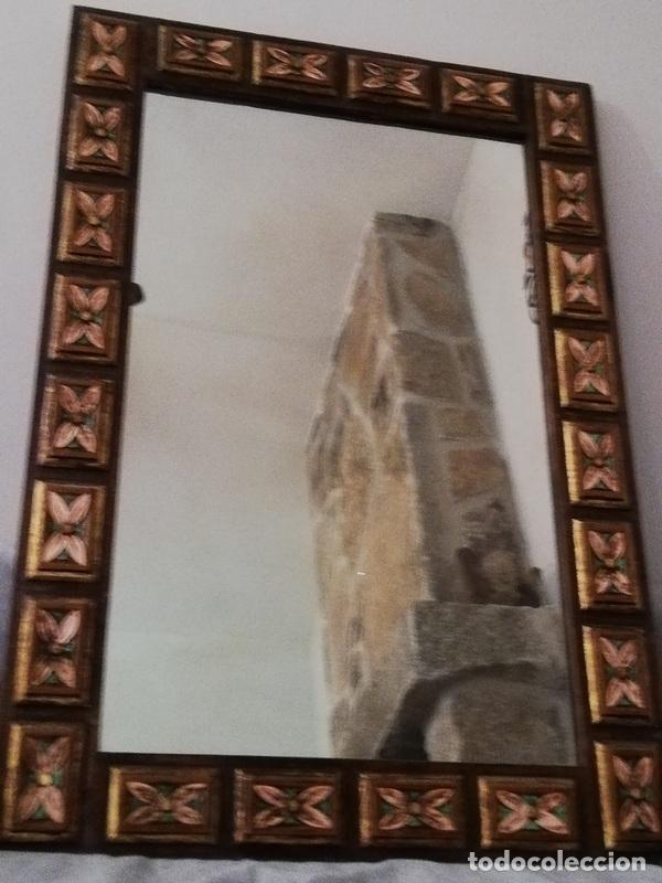 ESPEJO ANTIGUO EN MADERA, CON RELIEVE FLORAL PINTADO. (Antigüedades - Muebles Antiguos - Espejos Antiguos)