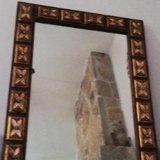 Antigüedades: ESPEJO ANTIGUO EN MADERA, CON RELIEVE FLORAL PINTADO.. Lote 262108705