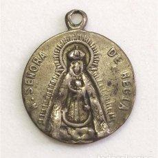 Antigüedades: ANTIGUA MEDALLA RELIGIOSA DE NTRA. SRA. DE REGLA (CHIPIONA, CÁDIZ) Y CORAZÓN DE JESÚS. CON MARCAS. Lote 262120115