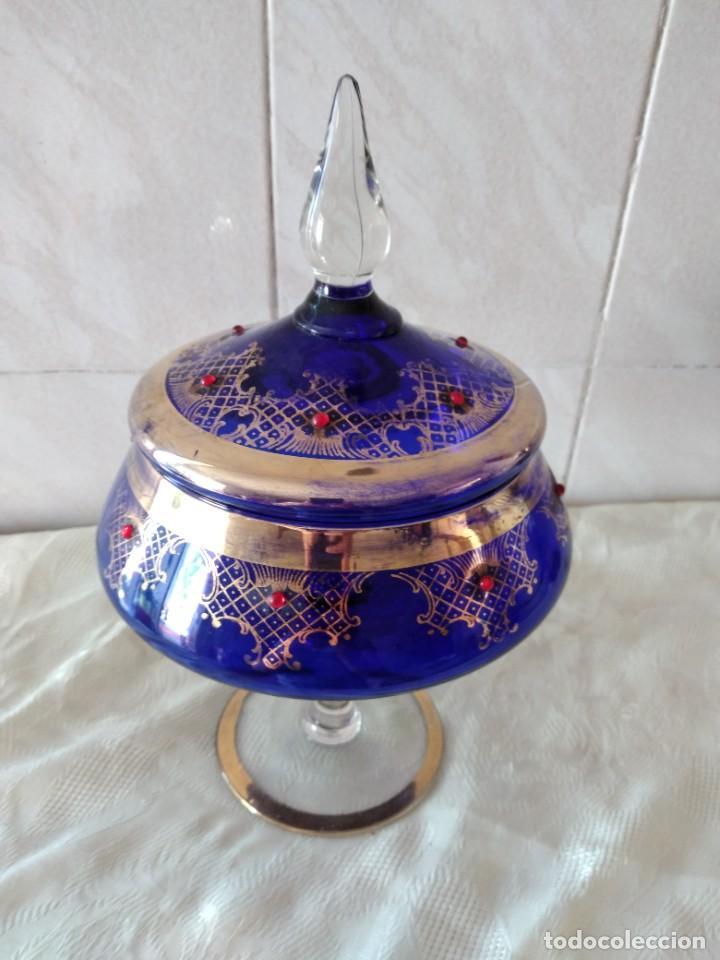 Antigüedades: Preciosa bombonera de cristal azul cobalto con pedreria y dorado. - Foto 2 - 262123040