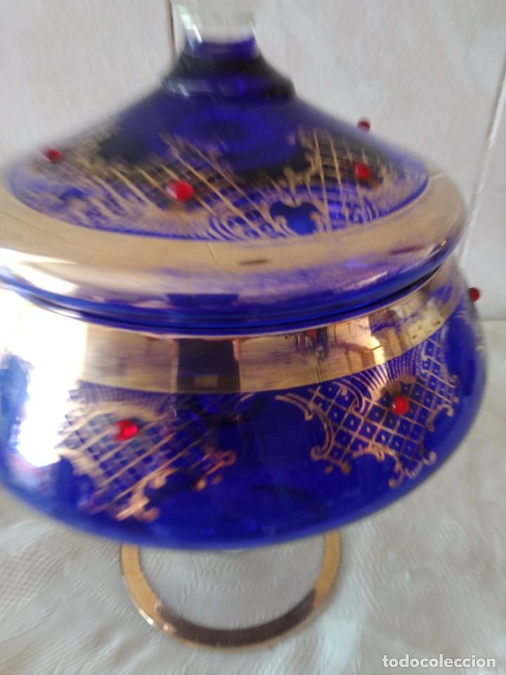 Antigüedades: Preciosa bombonera de cristal azul cobalto con pedreria y dorado. - Foto 3 - 262123040