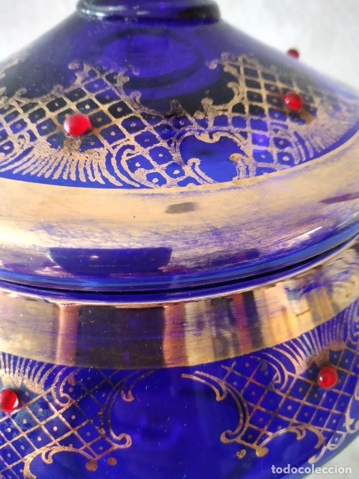 Antigüedades: Preciosa bombonera de cristal azul cobalto con pedreria y dorado. - Foto 4 - 262123040