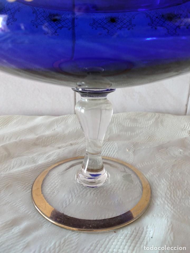 Antigüedades: Preciosa bombonera de cristal azul cobalto con pedreria y dorado. - Foto 5 - 262123040