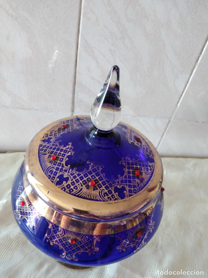 Antigüedades: Preciosa bombonera de cristal azul cobalto con pedreria y dorado. - Foto 6 - 262123040