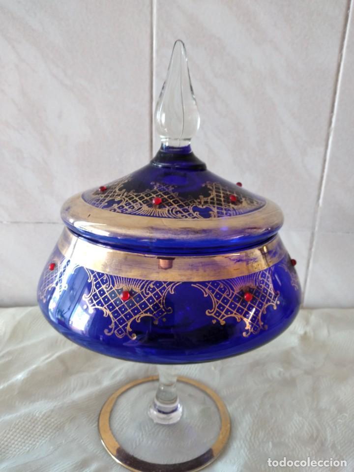 Antigüedades: Preciosa bombonera de cristal azul cobalto con pedreria y dorado. - Foto 7 - 262123040