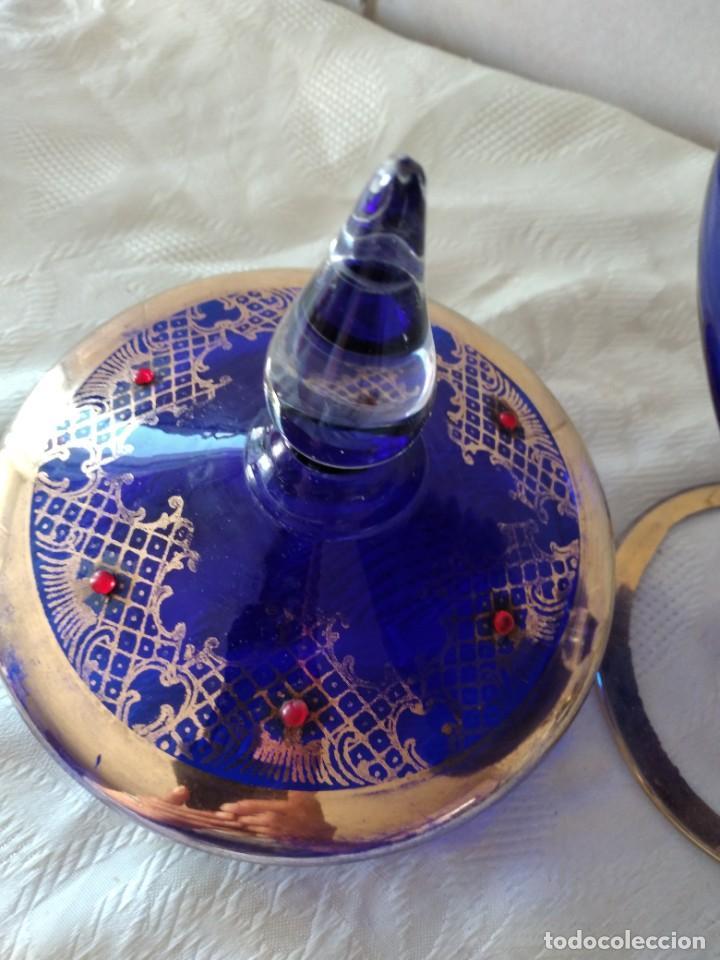 Antigüedades: Preciosa bombonera de cristal azul cobalto con pedreria y dorado. - Foto 9 - 262123040
