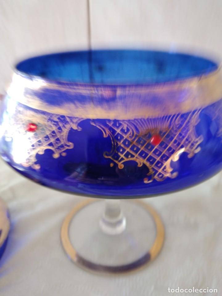 Antigüedades: Preciosa bombonera de cristal azul cobalto con pedreria y dorado. - Foto 10 - 262123040