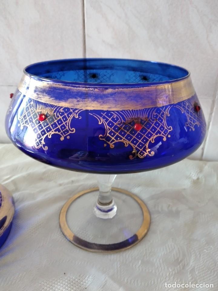 Antigüedades: Preciosa bombonera de cristal azul cobalto con pedreria y dorado. - Foto 11 - 262123040