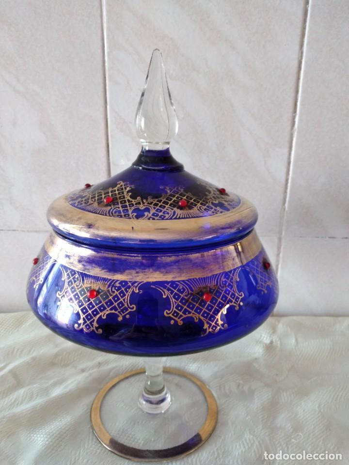 Antigüedades: Preciosa bombonera de cristal azul cobalto con pedreria y dorado. - Foto 12 - 262123040