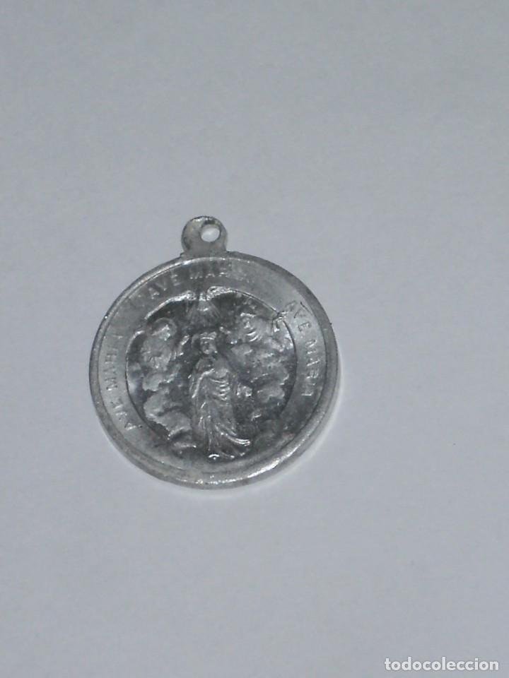 MEDALLA METÁLICA CORAZÓN DE JESÚS POR UN LADO Y AVE MARIA POR EL OTRO (Antigüedades - Religiosas - Medallas Antiguas)
