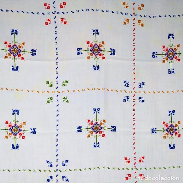 MANTELERIA LAGARTERA. LINO BORDADO A MANO. 8 SERVICIOS. ESPAÑA. CIRCA 1950 (Antigüedades - Hogar y Decoración - Manteles Antiguos)