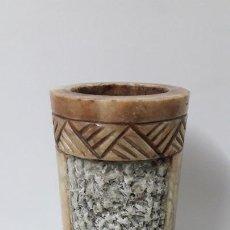 Antigüedades: BONITO JARRON - FLORERO . REALIZADO EN ALABASTRO TRABAJADO . MEDIDA DE ALTURA 28 CM. Lote 262277440