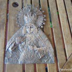 Antigüedades: VIRGEN DE LA MACARENA EN METAL REPUJADO Y PLATEADO , SEMANA SANTA DE SEVILLA. Lote 262283840