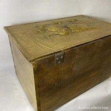 Antigüedades: BAÚL DORADO DE MADERA PATO EN RELIEVE AÑOS 80. Lote 262358945