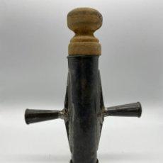 Antigüedades: ANTIGUA CHURRERA DE MANO Y EMBOLO DE MADERA. Lote 262380265