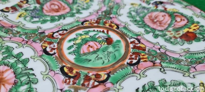 Antigüedades: Precioso plato de Porcelana de Macau Xina. Con motivos florales. - Foto 3 - 262382915