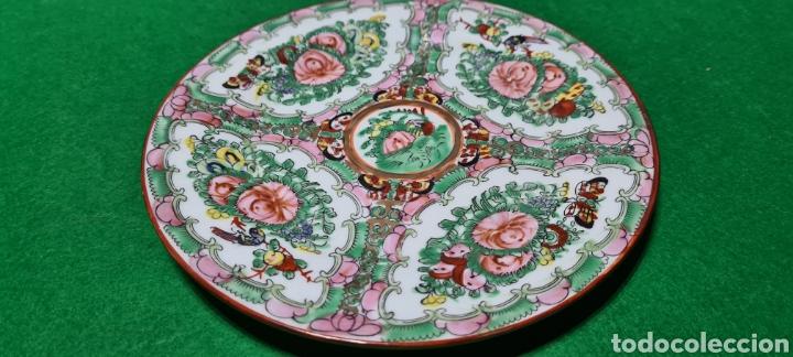 PRECIOSO PLATO DE PORCELANA DE MACAU XINA. CON MOTIVOS FLORALES. (Antigüedades - Porcelanas y Cerámicas - China)