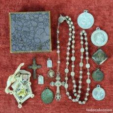 Antigüedades: CONJUNTO DE 12 MEDALLAS RELIGIOSAS Y ROSARIO. METAL PLATEADO Y PLATA. SIGLO XX.. Lote 262386445